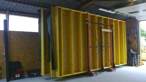 Les murs ossature bois sont pré fabriqués dans l'atelier d'Alternative Bois Concept