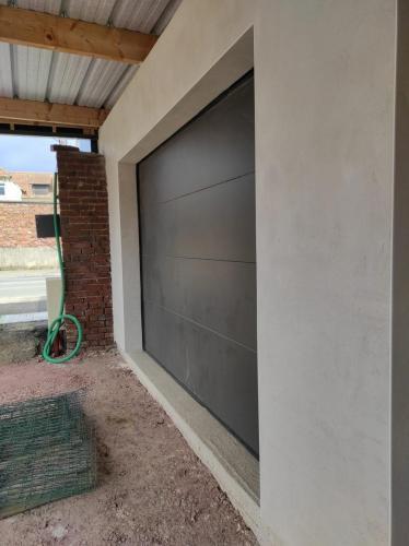 pose d'un garage de ton gris clair avec une porte sectionnelle motorisée