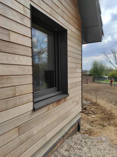 Pose de fenêtres en aluminium de chez Internorm de couleur grise
